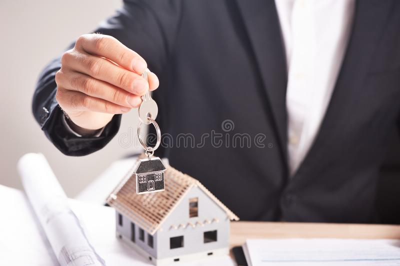 Sostener la casa y una adquisición o un alquiler dominante de la casa que sugiere foto de archivo libre de regalías