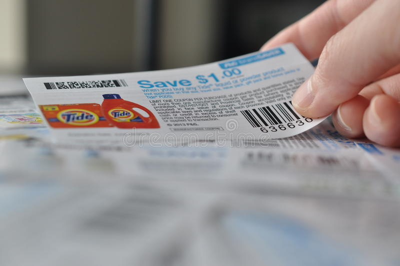 Sostener la cupón para el artículo de ahorro imagenes de archivo