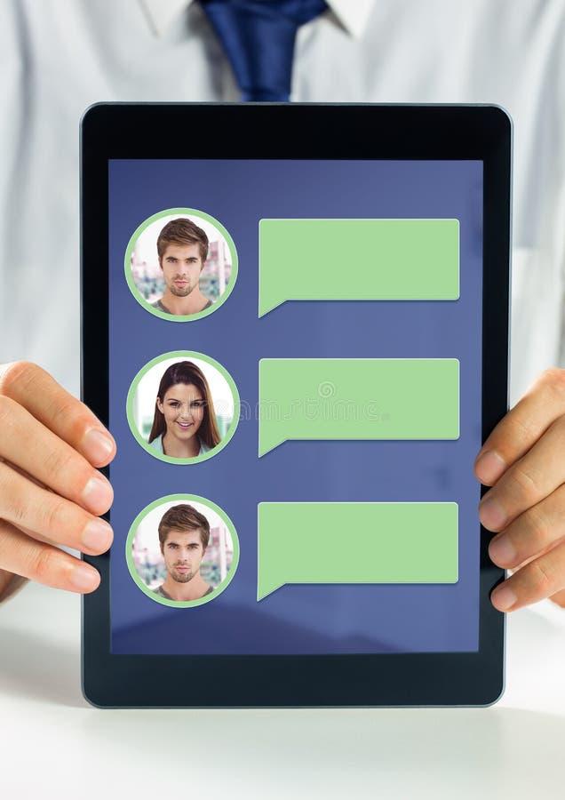 Sostener la tableta con perfil de la mensajería de la burbuja de la charla fotografía de archivo