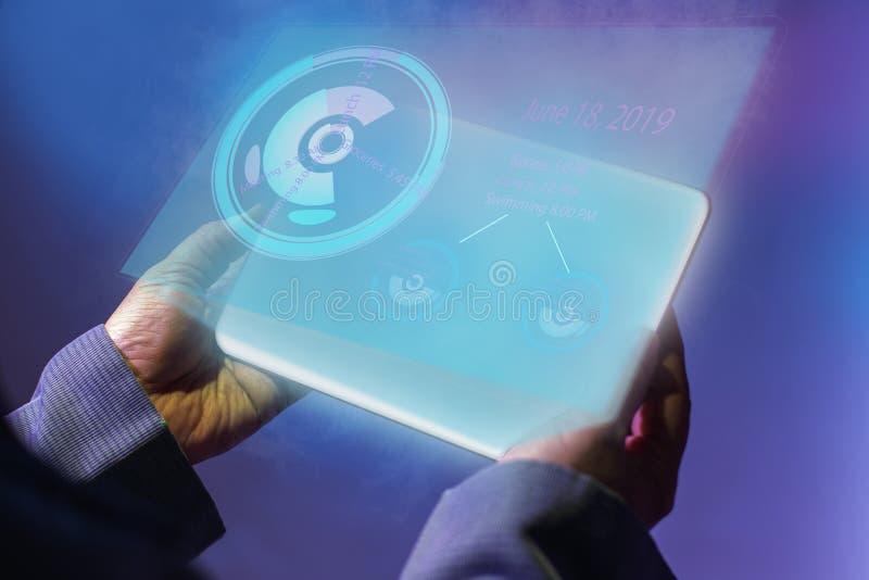 Sostener la tableta digital con el hollogram del productvity Aislado en el concepto futuro de la tecnología digital fotos de archivo