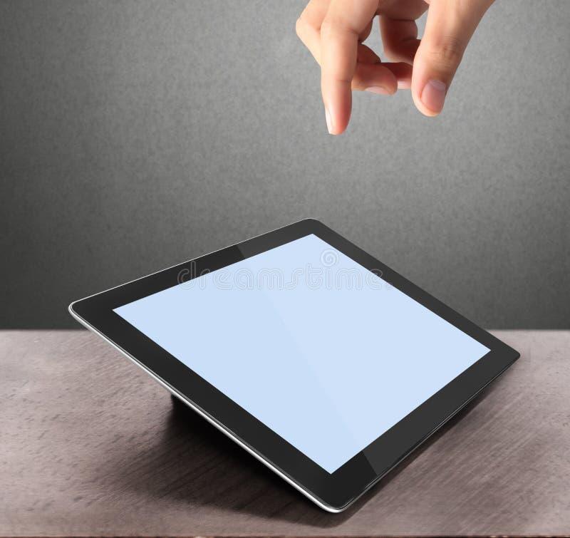 Sostener la tablilla de la pantalla táctil ilustración del vector