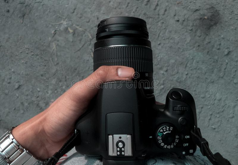 Sostener mi cámara en un viaje imagen de archivo