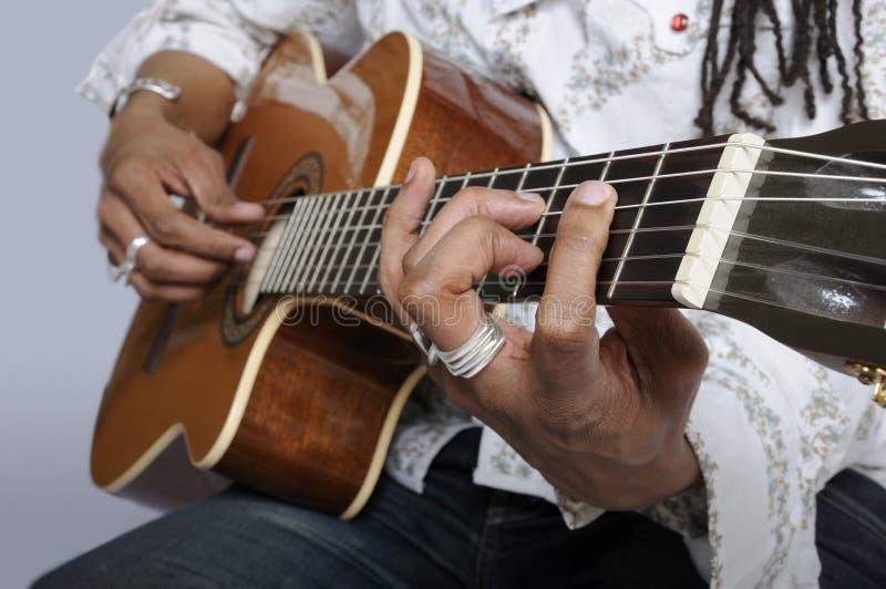 Sostener Un Acorde De La Guitarra Fotografía de archivo