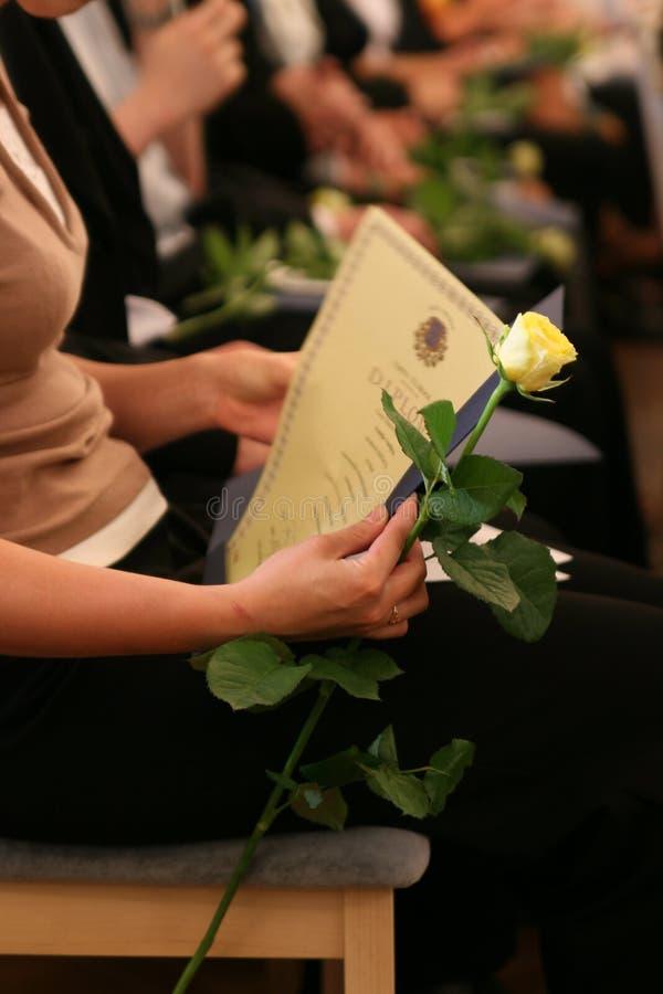 Sostener un diploma foto de archivo libre de regalías