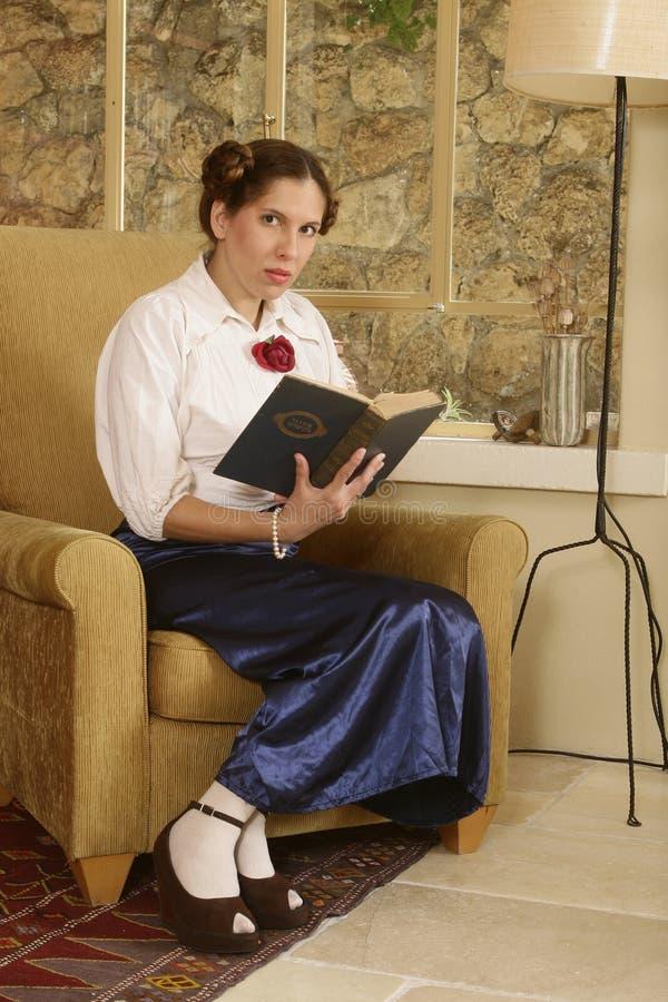 Sostener un libro sagrado imagen de archivo libre de regalías