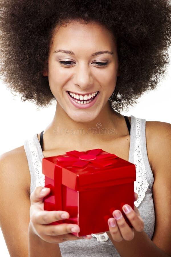 Sostener un regalo fotografía de archivo libre de regalías