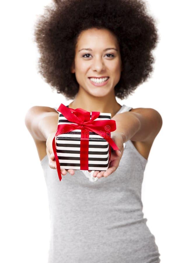 Sostener un regalo imagen de archivo