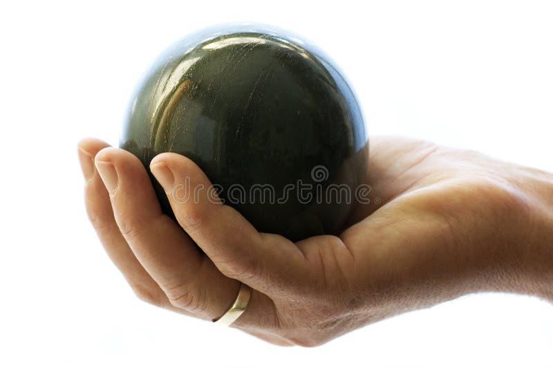 Sostener una bola fotografía de archivo libre de regalías