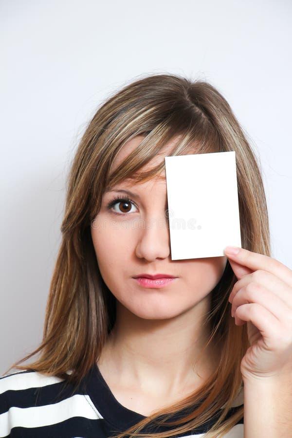 Sostener una tarjeta en blanco fotos de archivo libres de regalías