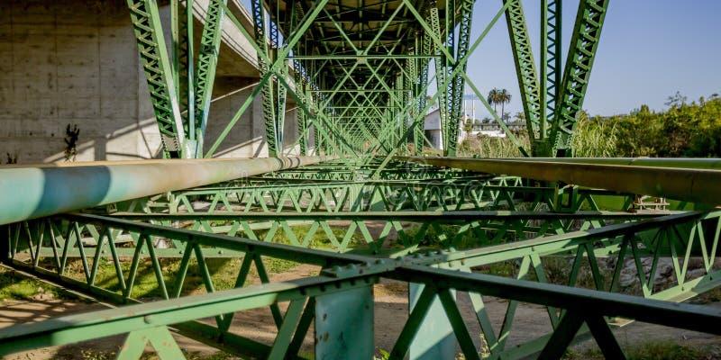 Sostenga la struttura di un ponte in riva dell'oceano CA immagini stock