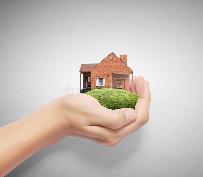 Sosteniendo la casa que representa a casa libre illustration