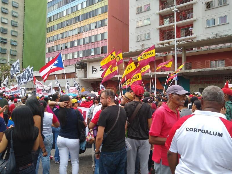 Sostenitori del marzo di Nicolas Maduro a Caracas per commemorare il primo anniversario della rielezione fotografia stock
