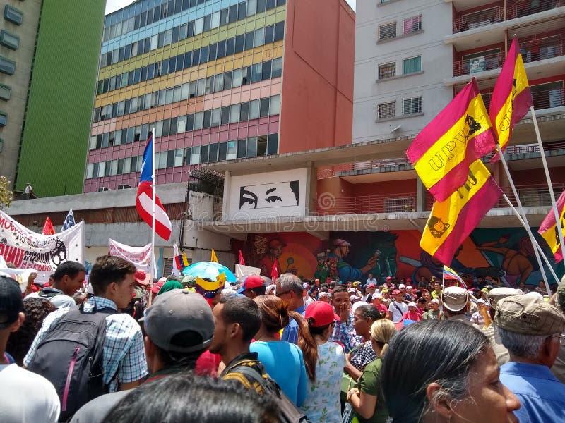 Sostenitori del marzo di Nicolas Maduro a Caracas per commemorare il primo anniversario della rielezione fotografia stock libera da diritti