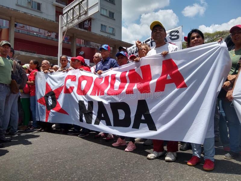 Sostenitori del marzo di Nicolas Maduro a Caracas per commemorare il primo anniversario della rielezione fotografie stock libere da diritti