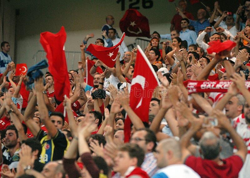 Sostenitori del Turco nel gioco del qualificatore della coppa del Mondo della Romania-Turchia fotografia stock