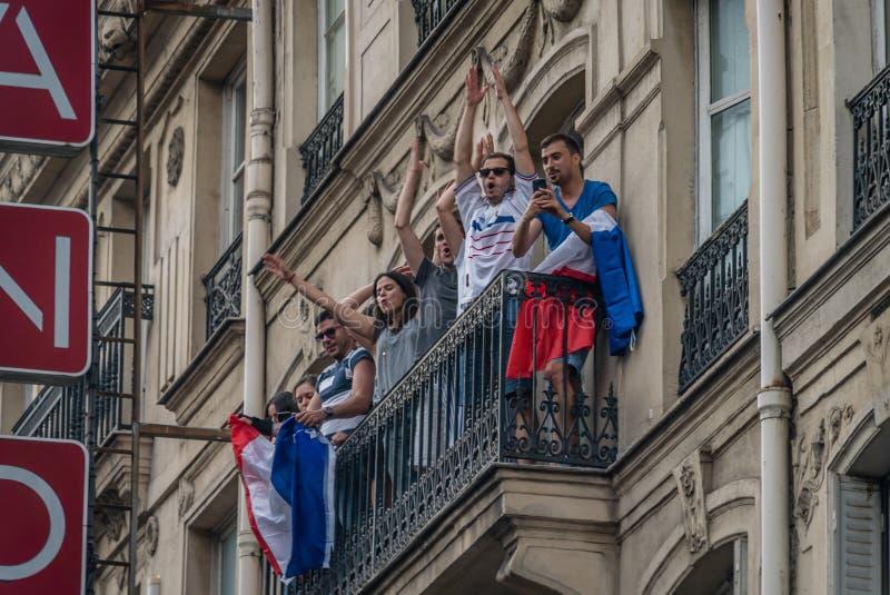 Sostenitori della Francia su un balcone a Parigi dopo i finali di coppa del Mondo fotografie stock