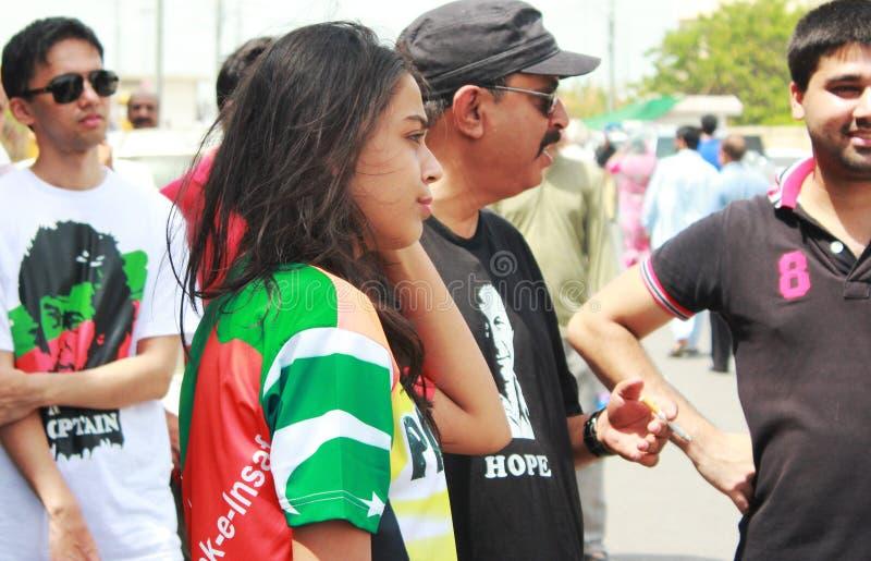 Sostenitori di PTI sul giorno delle elezioni a Karachi, Pakistan immagini stock libere da diritti
