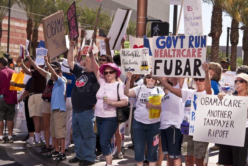 Sostenitori e protestatori di dimostrazione di Obama immagine stock libera da diritti