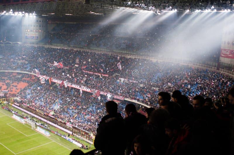 Sostenitori italiani di gioco del calcio allo stadio fotografia stock libera da diritti