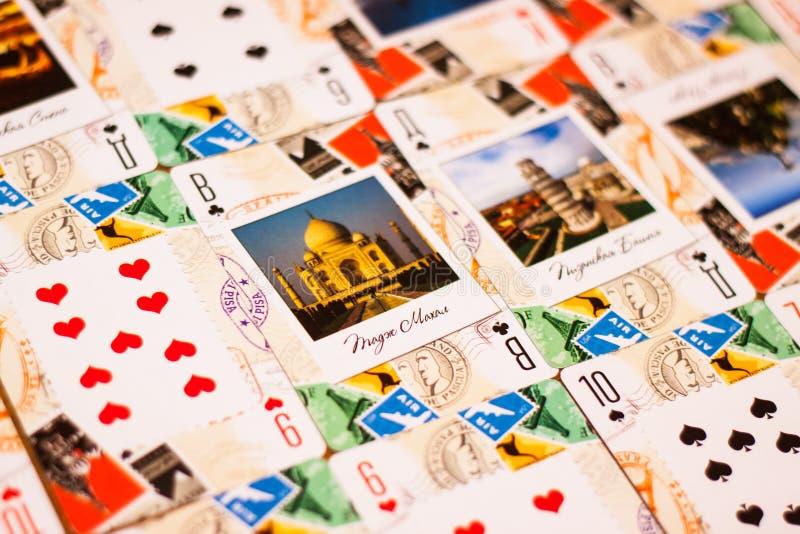 Sostiene la tarjeta que gana a disposición imagen de archivo