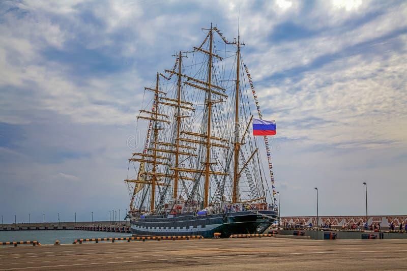 SOTCHI, RUSLAND - APRIL 29, 2015: Schors Kruzenstern op de zeehavendijk stock foto