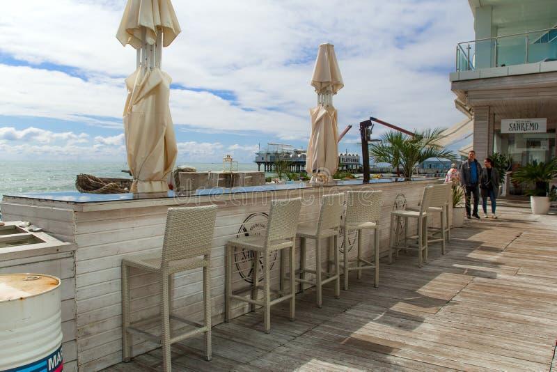 SOTCHI, RUSLAND, 20 APRIL 2019 - terras van strandrestaurant op de dijk op een zonnige dag stock foto