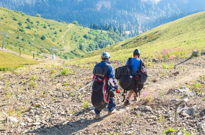 Sotchi, Rusland - augustus 19, 2018: De atleten treffen voorbereidingen om een glijscherm te vliegen Vakantie in de bergen royalty-vrije stock afbeeldingen