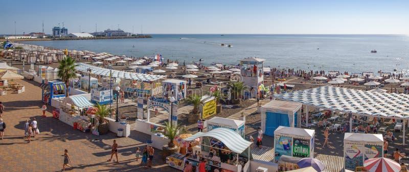SOTCHI, RUSLAND - AUGUSTUS 13, 2018: Panorama van het Riviera-strand royalty-vrije stock foto