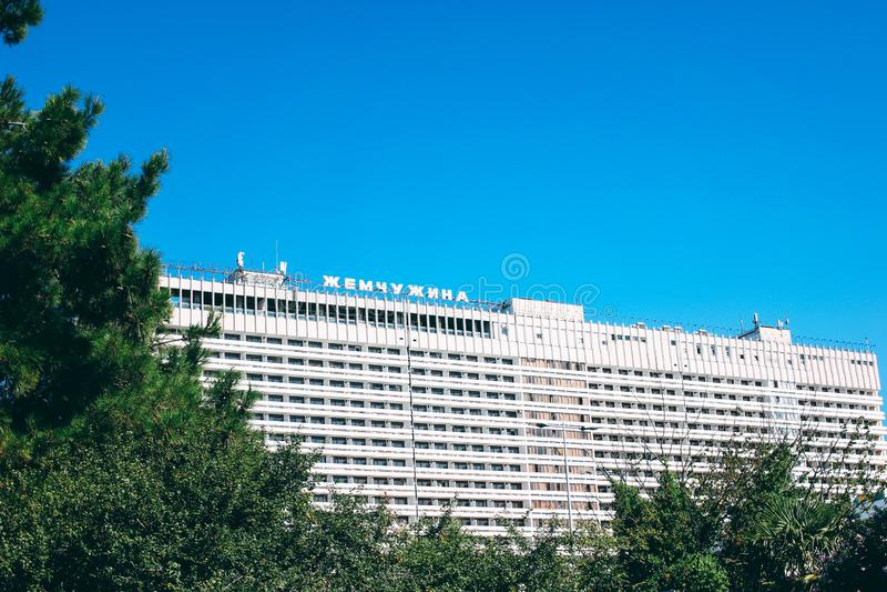 Sotchi, Rusland - Augustus, 05, 2019 Populaire hotelparel Jemchuzhina op Krasnodar-gebied, Rusland stock afbeelding