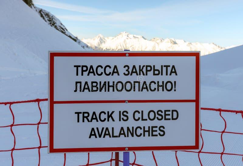 Sotchi, Rusland - Januari 7, 2018: Geen het ski?en spoor sloot de informatieteken van het lawinegevaar in de skitoevlucht van Gor royalty-vrije stock afbeelding