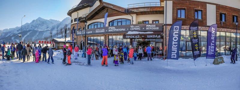 SOTCHI, RUSLAND - JANUARI 3, 2018: Huurpunt in de skitoevlucht van Rosa Khutor royalty-vrije stock foto's