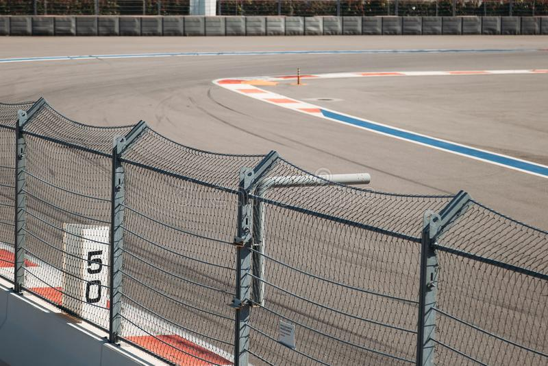 SOTCHI, RUSLAND - Juni 4, 2018: Opleidingsrassen van de hoge snelheidsauto op autodrom royalty-vrije stock afbeelding