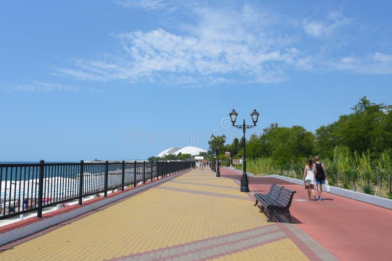 Sotchi, Russie - 14 juillet 2018 : Promenade de bord de la mer en Adler, près de la baie d'Imereti photo libre de droits