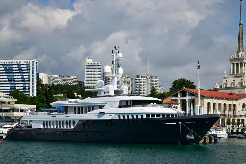 Sotchi, Russie - 2 juin 2018 Chayka est yacht possédé par l'administration présidentielle à la jetée de mer image libre de droits