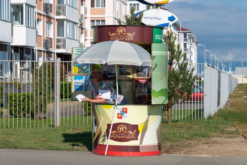 Sotchi, Russie - 4 juin 2018 Kiosque de rue à vendre des visites guidées d'agent de voyage Alicia photographie stock