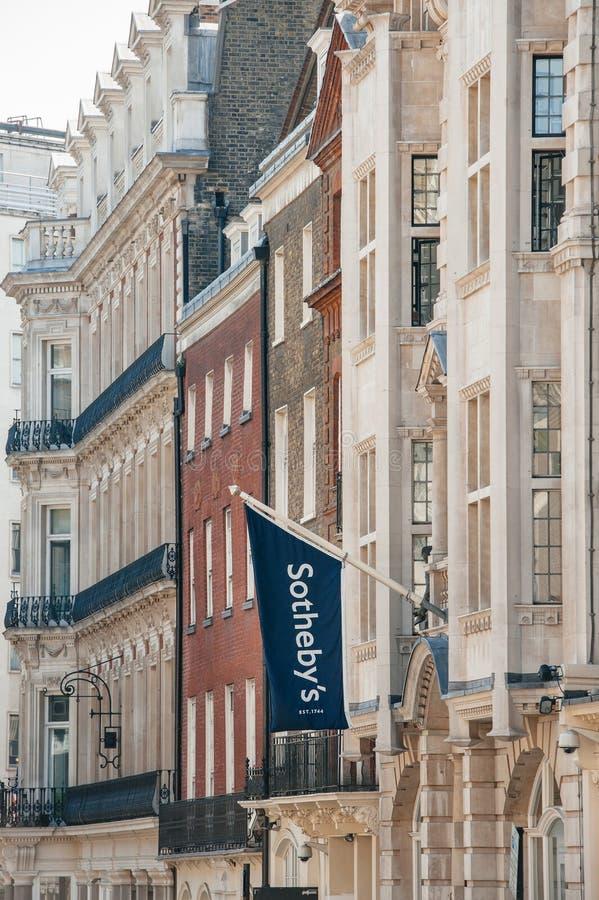 Sotheby flagga ovanför det London kontoret royaltyfri bild