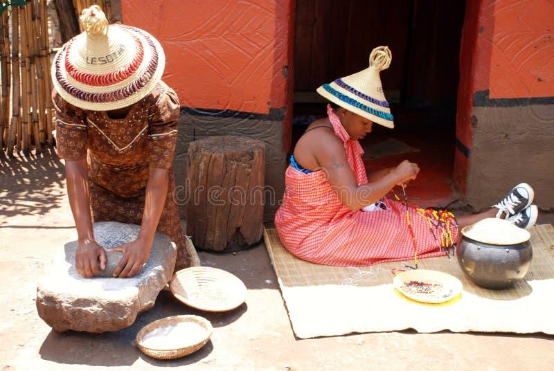 Sothofrauen am Stammes- Haus, Süd-Afr stockbilder