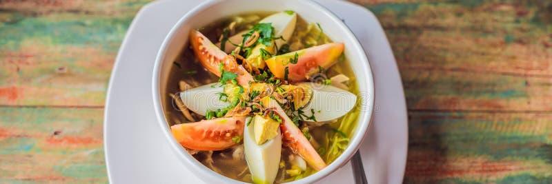 Soto est une soupe indonésienne traditionnelle principalement composée de BANNIÈRE de bouillon, de poulet et de légumes, long for photo stock