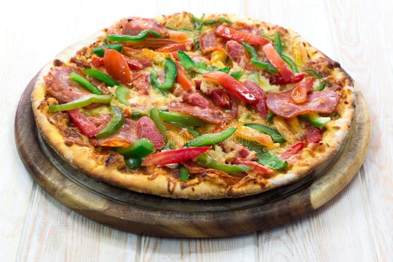 Sottilmente pizza di merguez immagine stock libera da diritti