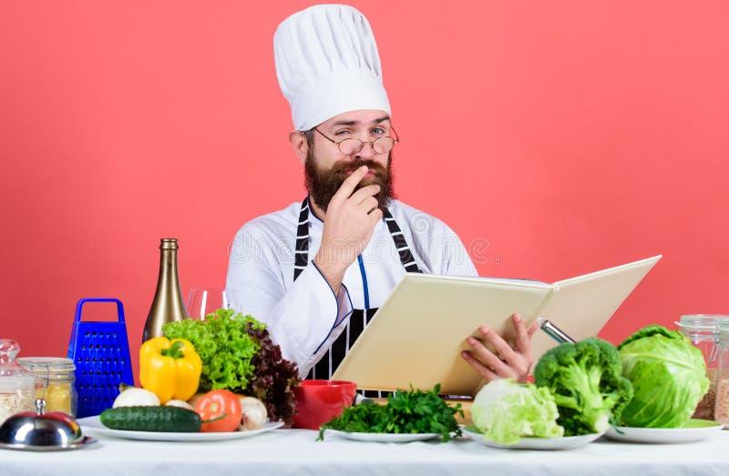 ? sotto controllo Essere a dieta e alimento biologico, vitamina Cuoco barbuto dell'uomo in cucina, culinaria Cottura sana dell'al fotografie stock