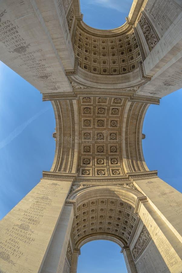 Sotto il Arc de Triomphe immagine stock libera da diritti