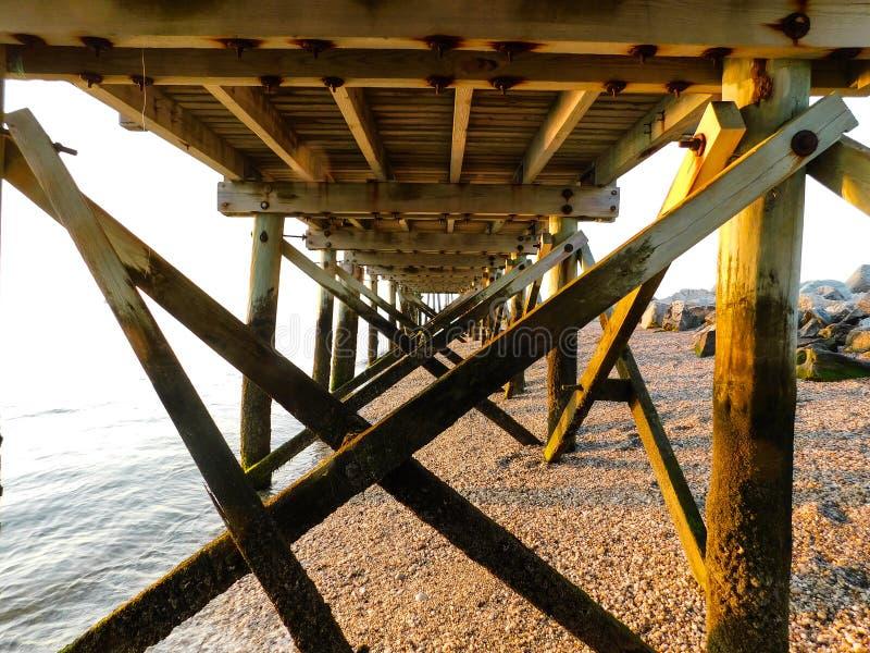 Sotto il pilastro alla spiaggia immagine stock libera da diritti