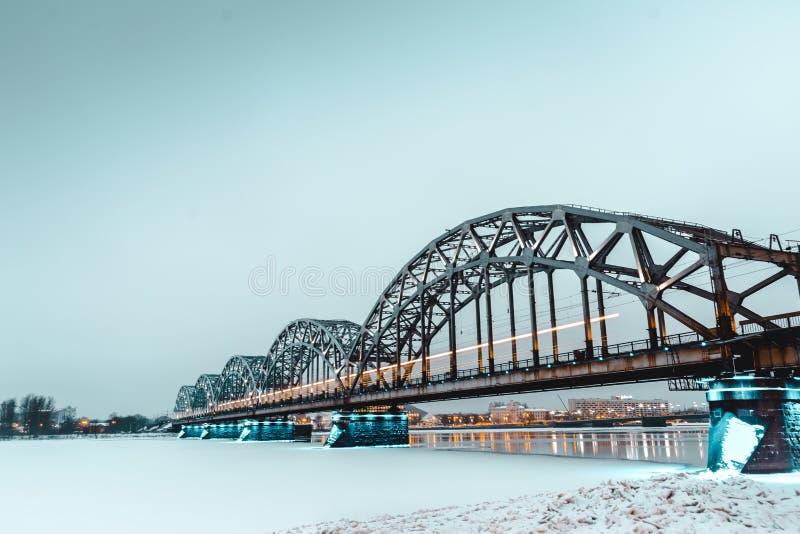 Sotto il ponte - ponte ferroviario - Riga, la Lettonia immagini stock libere da diritti