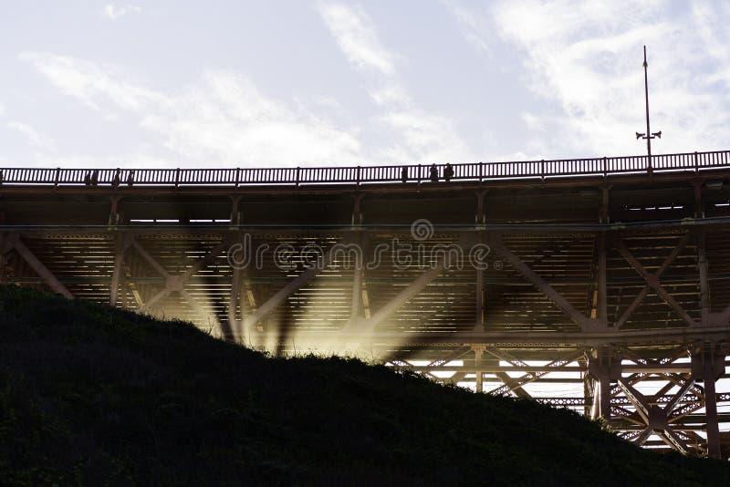 Sotto il ponticello di cancello dorato fotografia stock