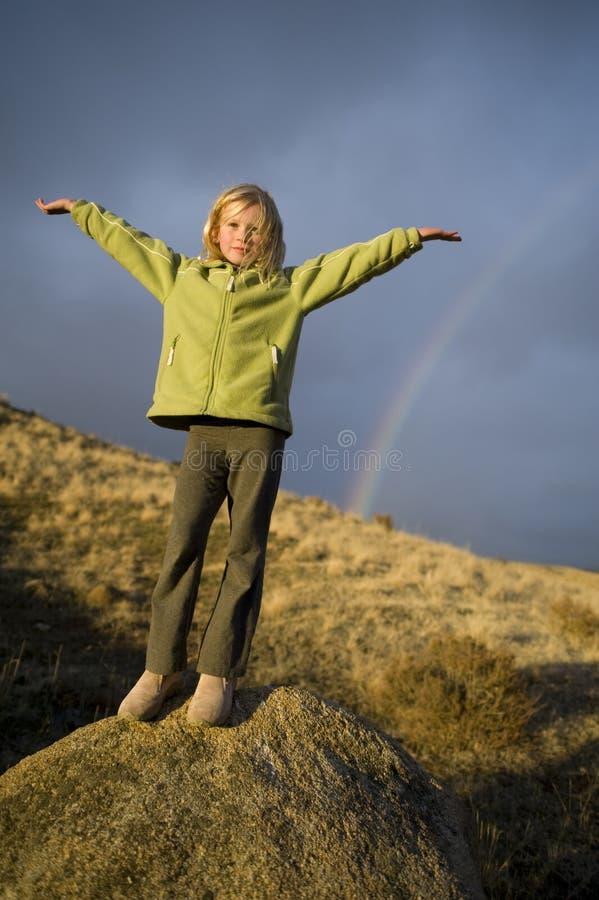 Download Sotto Il Rainbow Della Ragazza Immagine Stock - Immagine di ragazza, standing: 7304539