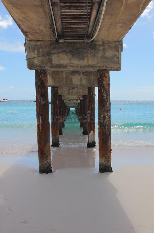 Sotto il sentiero costiero Pier Barbados immagini stock