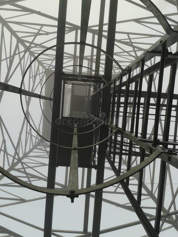 Sotto l'alta antenna 2 immagine stock