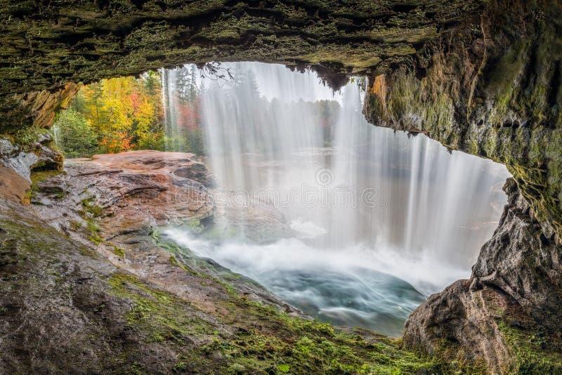 Sotto la O Kun de Kun Falls immagini stock libere da diritti