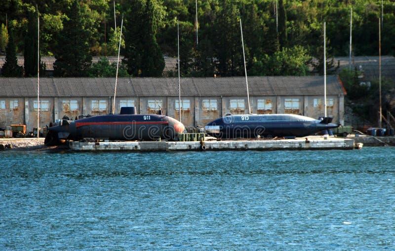 Sottomarini sul bacino di carenaggio immagini stock