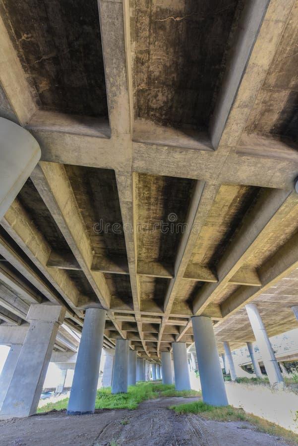 Sottopassaggio dell'autostrada senza pedaggio con le colonne e l'erba fotografia stock libera da diritti